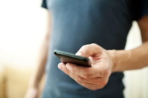 携帯を操作している男性